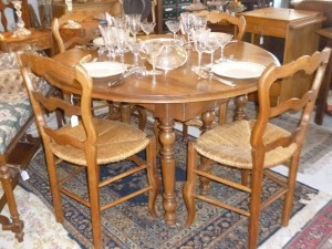 Table 6 pieds, Louis - Philippe,noyer, 3 rallonges, 950 €