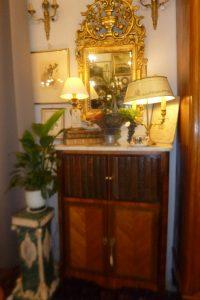 Petit meuble marqueté, livres trompe l'oeil, 480€