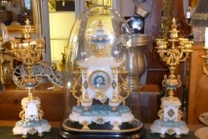Pendule sous globe et flambeaux, 750€