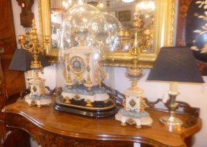 Pendule sous globe et ses flambeaux, 750€