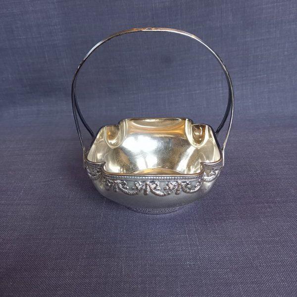 Petit panier en métal argenté de style Louis XVI Guirlande de noeuds et rubans