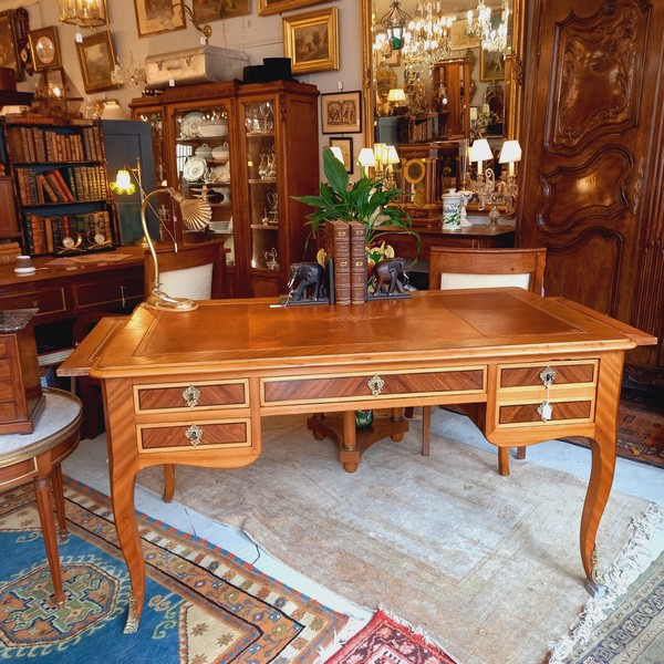 Bureau plat de style Louis XV