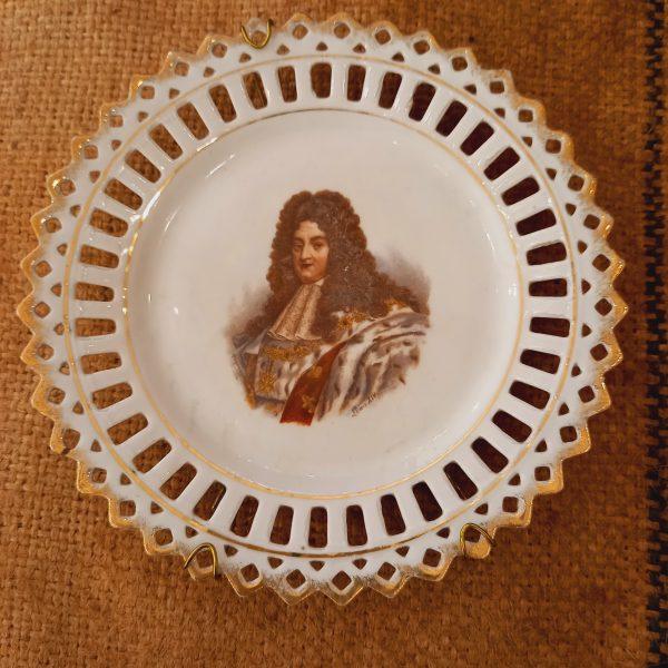Assiettes en porcelaine de Saxe, bord ajourée, Thème Reines et Rois de France